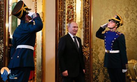 ورود پوتین به اتاق ملاقاتهای کاخ کرملین، برای دیدار با رئیس جمهور اکوادور