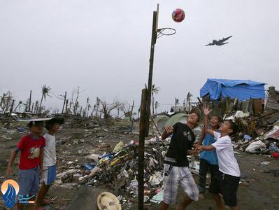 بازی کودکان طوفان زده فیلیپینی