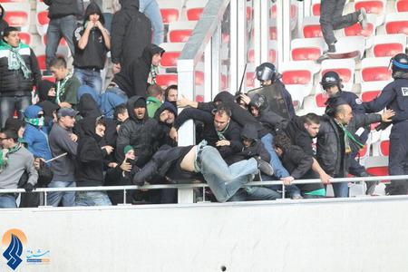 درگیری پلیس با هواداران تیم فوتبال سنت اتین در لیگ دسته یک فرانسه