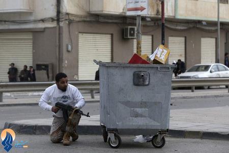 یکی از سربازان ارتش لیبی در درگیری با یک گروه شبه نظامی مخالف دولت لیبی در خیابانهای شهر بنغازی