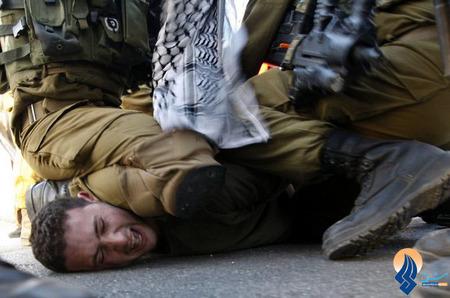 برخورد وحشیانه نیروهای اسرائیلی با یک جوان فلسطینی معترض به شهرک سازیهای صهیونیستها