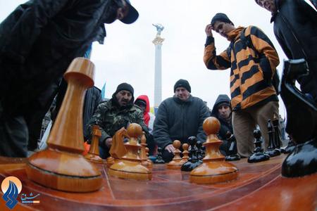 شطرنج بازی کردن مخالفان دولت اکراین در میدان استقلال کیف