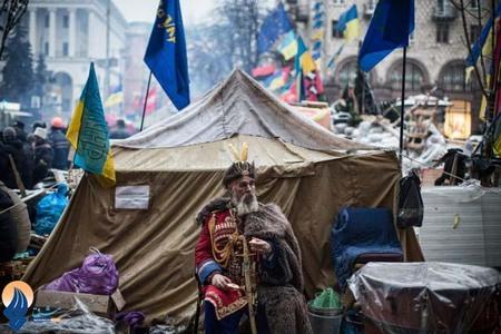 یکی از مخالفان دولت اکراین با لباس سنتی