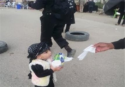 یکی از کوچکترین خادمهای زائران حسینی در پیاده روی اربعین امسال
