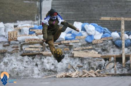 حرکات نمایشی با توپ  یکی از مخالفان ضددولتی اکراین در میدان استقلال کیف