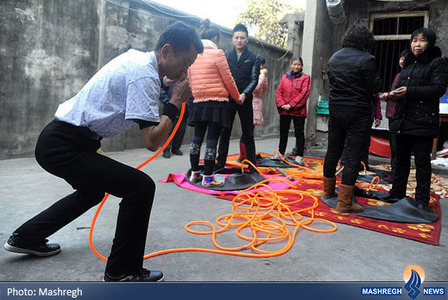 باد کردن 4حلقه لاستیک با بینی توسط یک مرد 61ساله چینی