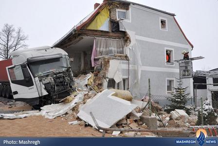 برخورد یک تریلی با یک خانه به علت یخزدگی سطح جاده در آلمان