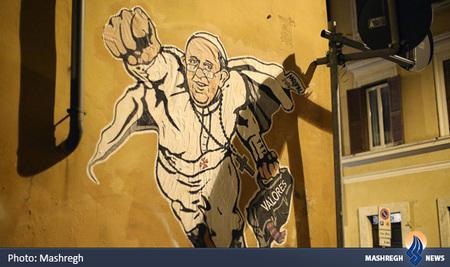 پوستر پاپ فرانسیس به عنوان سوپرمن بر روی دیواری در نزدیکی شهر واتیکان