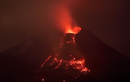 فوران گدازه از دهانه آتشفشان کوه Sinabung واقع در جزیره غربی اندونزی