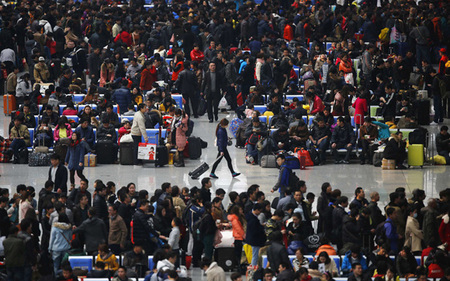 تجمع مردم در ایستگاه قطار شانگهای