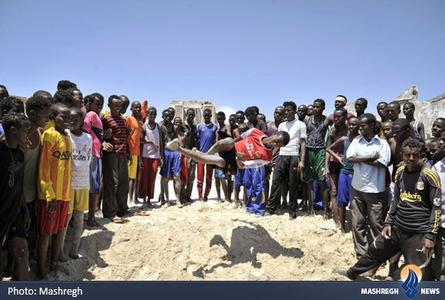 هنرنمایی جوانان آفریقایی در سواحل موگادیشو