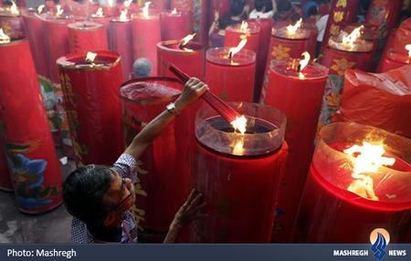 روشن کردن عود در اندونزی به مناسبت سال جدید