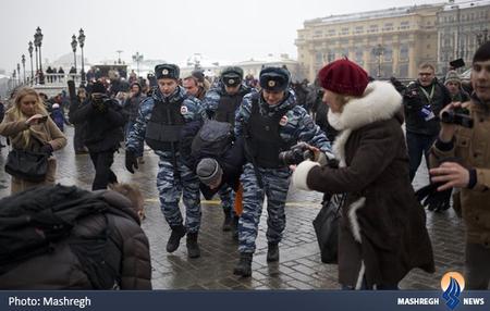دستگیری یکی از معترضان در نزدیکی میدان سرخ مسکو
