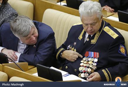 نیکلای کوالوف در حال نمایش مدالهای خود در مجلس دومای روسیه