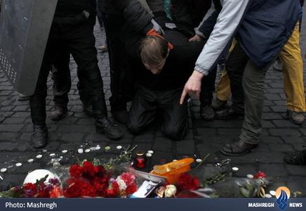 مجبور کردن یکی از حامیان رئیس جمهور اوکراین به زانو زدن