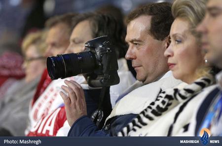 مدودوف در حال عکاسی در مراسم اختتامیه المپیک زمستانی
