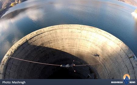 بند بازی بر روی مخزن تخلیه سد لووانو در رومانی
