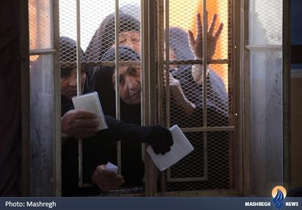 صف زنان برای دریافت کارت الکترونیکی انتخابات در بغداد
