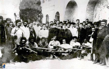 علیرضا خان عضد الملک به همراه برخی سران مشروطیت پس از فتح تهران