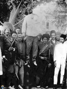 نمایی دیگراز به دار کشیدن« صنیع حضرت»رئیس قورخانه محمد علی شاه توسط مشروطه خواهان درمشروطه دوم