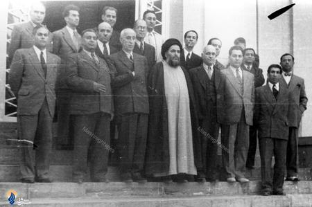 1327،دکتر کریم سنجابی درکنار اعضای اولیه گروه جبهه ملی ایران در تحصن دربرابر کاخ مرمر