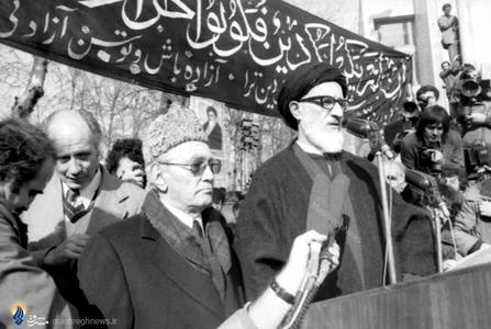 دی ماه 1357، دکترکریم سنجابی درکنار آیت الله سید محمود طالقانی دراجتماع عظیم دانشگاه تهران