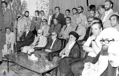 اسفند1357، دکترکریم سنجابی به اتفاق برخی اعضای کابینه دولت درحال مشاهده ورزشکاران باستانی