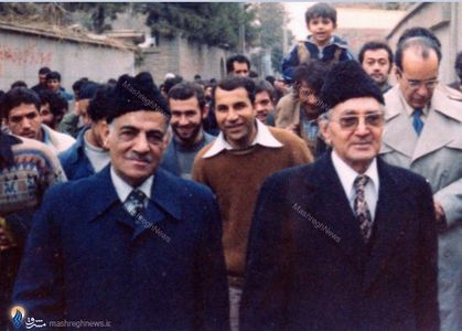 بهمن1357، دکترکریم سنجابی درکنارحاج محمود مانیان درمسیر دیدار باامام درمدرسه علوی تهران