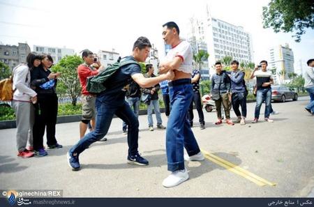 درآمد مرد چینی از کتک خوردن.این مرد با گرفتن پول از مردم اجازه میدهد او را هرچقدر که دوست دارند کتک بزنند.
