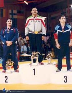 علیرضا سلیمانی بر سکوی قهرمانی وزن 130 کیلوگرم مسابقات جهانی 1989 مارتینی سوئیس. این اولین و تنهاترین مدال طلای سنگین وزن ایران است.