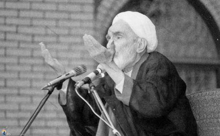 مرحوم حجت الاسلام فلسفی درحال سخنرانی در مراسم دعا برای سلامتی امام خمینی در مسجد امام بازار