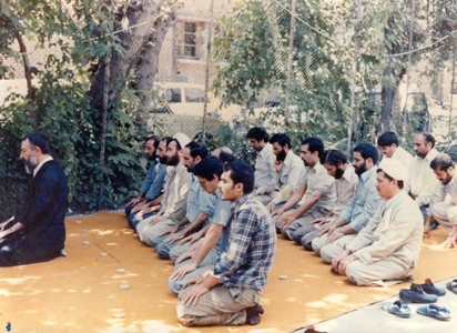 نماز جماعت در حیاط حزب جمهوری اسلامی به امامت شهید آیت الله بهشتی