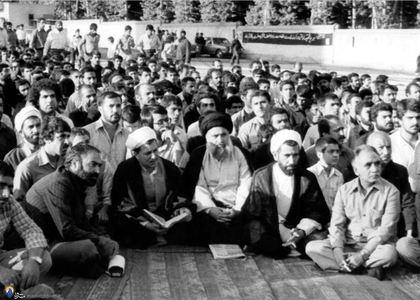 شهید دکترمحمد جواد باهنر وآیت الله هاشمی رفسنجانی درمیان اعضای حزب جمهوری اسلامی