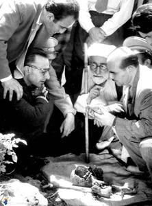 آیت الله شیخ حسین لنکرانی درکنار استخوانهای برادرش پس از 28 مرداد