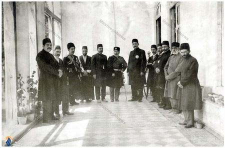 مخبرالسلطنه  والی آذربایجان در جمع برخی اطرافیان
