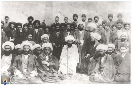 آیت الله حاج میرزا حسن مجتهد تبریزی در میان برخی اصحاب و یارانش
