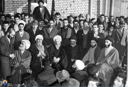 همدان، آیت الله العظمی آخوند همدانی در مدرسه علمیه خود. مرحوم حجت الاسلام و المسلمین برمنبر خطابه است