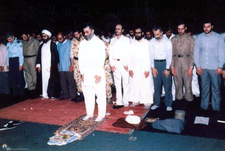 حسن روحانی به اتفاق برخی فرماندهان ونیروهای ارتش دراقتدا به آیت الله خامنه ای