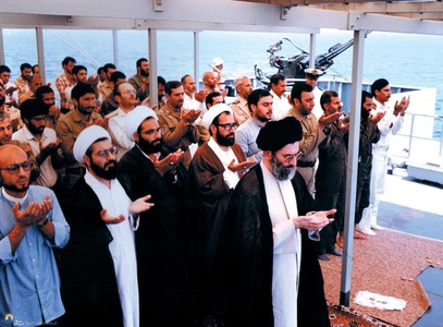 حسن روحانی به اتفاق برخی فرماندهان و نیروهای ارتش در اقتدا به آیت الله خامنه ای