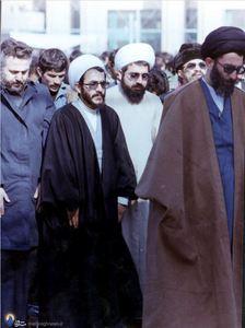 1358،نمازجمعه تهران،حسن روحانی، محمود رستگاری و ابراهیم یزدی در اقتدا به آیت الله خامنه ای