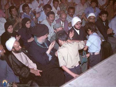 نمایی از مراسم بزرگداشت دکتر علی شریعتی در بیروت. در تصویر امام موسی صدر، سوسن و سارا شریعتی دیده میشود