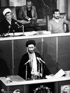 آیت الله خامنهای در مراسم تحلیف خود در مجلس شورای اسلامی در روزهای نقاهت