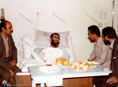 شهید محمد علی رجایی و دکتر هادی منافی در عیادت از آیت الله خامنه ای