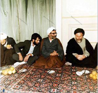 1359، در سفر به مشهد. در تصویر آیت الله واعظ طبسی و حسن غفوری فرد دیده میشوند.