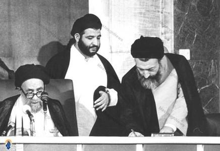 مرداد1358، در مجلس خبرگان قانون اساسی. مرحوم آیت الله حاج آقا حسین خادمی در تصویر دیده میشود