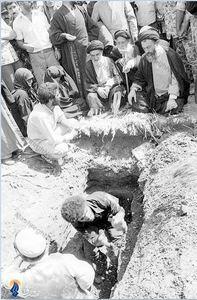 شهریور1358، در مراسم تشییع و تدفین آیت الله طالقانی. آیت الله سیدهادی خسروشاهی درکنار ایشان دیده میشود.