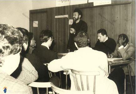 شهید آیت الله دکتر بهشتی در حال اداره یکی از مجامع دینی-آموزشی در هامبورگ آلمان