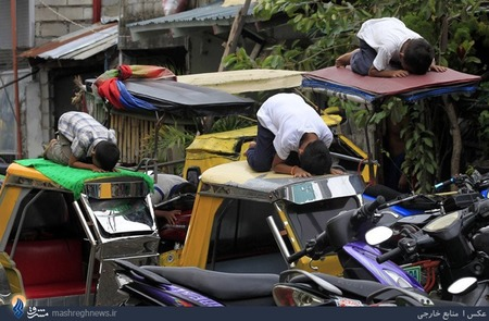 نمازخواندن سه نوجوان مسلمان فیلیپینی روی سقف تاکسی های سه چرخ
