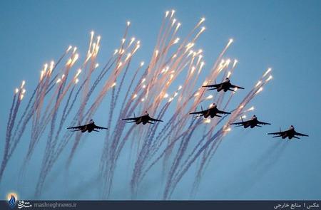 نمایش هوایی تیم خلبانان بلاروس در روز استقلال مینسک