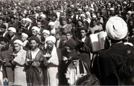 1327،شهید آیت الله حاج شیخ قاسم اسلامی در اقتدا به آیت الله سیدابوالقاسم کاشانی در نماز عید فطر